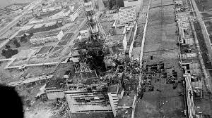 il reattore 4 prima e dopo l'esplosione